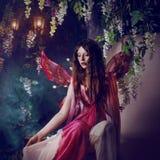 Jonge mooie vrouw in het beeld van feeën, magisch donker bos Stock Afbeeldingen