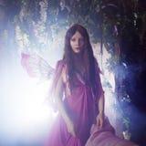 Jonge mooie vrouw in het beeld van feeën, magisch donker bos Royalty-vrije Stock Foto's