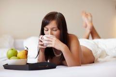 Jonge mooie vrouw het drinken koffie Stock Foto's