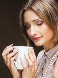 Jonge mooie vrouw het drinken koffie Stock Foto