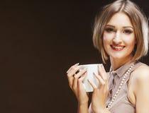 Jonge mooie vrouw het drinken koffie Royalty-vrije Stock Afbeeldingen
