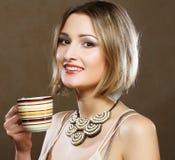 Jonge mooie vrouw het drinken koffie Stock Afbeeldingen