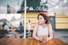 Jonge mooie vrouw het drinken koffie in de zomerkoffie in openlucht royalty-vrije stock afbeelding