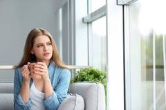 Jonge mooie vrouw het drinken ochtendkoffie Stock Fotografie