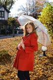 Jonge mooie vrouw in het park in een manierschot Stock Foto's