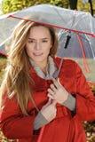 Jonge mooie vrouw in het park in een weg en manierschot die, die - Kaukasische vrouw, de herfst, daling, park, paraplu eruit zien Stock Foto's