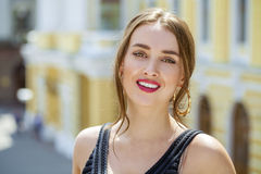 Jonge mooie vrouw in het zwarte kleding stellen in openlucht in zonnig wij Stock Afbeelding
