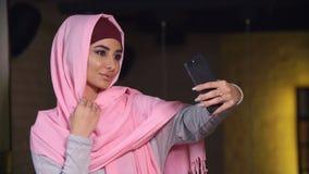 Jonge mooie vrouw in hijab die selfie op mobiele telefooncamera doen Moslimvrouw en moderne technologie royalty-vrije stock foto