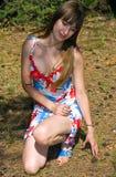 Jonge mooie vrouw in hout royalty-vrije stock foto