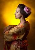 Jonge mooie vrouw in Japanse kimono stock afbeelding