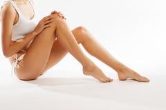 Jonge mooie vrouw in katoenen ondergoedzitting op witte achtergrond Stock Fotografie
