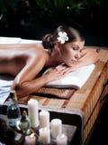Jonge mooie vrouw in kuuroordmilieu stock afbeelding
