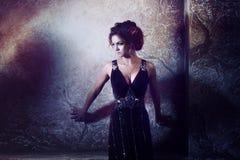 Jonge mooie vrouw in lange kleding tegen Royalty-vrije Stock Afbeelding