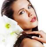 Jonge mooie vrouw met Amarilis-bloem dichte die omhooggaand op wh wordt geïsoleerd Stock Foto's