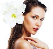 Jonge mooie vrouw met Amarilis-bloem dichte die omhooggaand op wh wordt geïsoleerd Royalty-vrije Stock Afbeelding