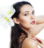 Jonge mooie vrouw met Amarilis-bloem dichte die omhooggaand op wit wordt geïsoleerd royalty-vrije stock afbeeldingen