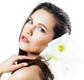 Jonge mooie vrouw met Amarilis-bloem dichte die omhooggaand op wit wordt geïsoleerd stock foto's