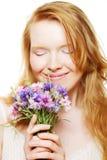 Jonge mooie vrouw met bloemen royalty-vrije stock afbeeldingen
