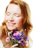 Jonge mooie vrouw met bloemen stock foto