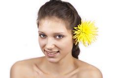 Jonge mooie vrouw met gele bloem Royalty-vrije Stock Fotografie