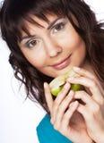 Jonge mooie vrouw met groene appel Royalty-vrije Stock Afbeeldingen
