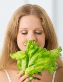 Jonge mooie vrouw met groene sla Stock Afbeeldingen