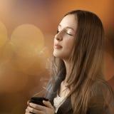 Jonge mooie vrouw met haar gesloten ogen Stock Foto's
