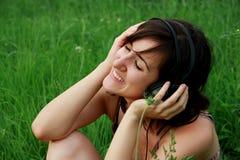 Jonge mooie vrouw met hoofdtelefoons Royalty-vrije Stock Foto
