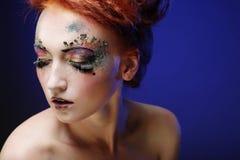 Jonge mooie vrouw met kleurrijke heldere samenstelling royalty-vrije stock afbeelding