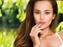 Jonge mooie vrouw met lange haren outdoors royalty-vrije stock foto's