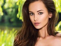 Jonge mooie vrouw met lange haren outdoors royalty-vrije stock foto