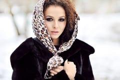 Jonge mooie vrouw met lange krullende haren - openluchtmanier po Stock Afbeelding