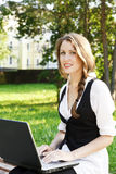 Jonge mooie vrouw met laptop Stock Fotografie