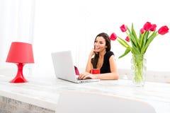 Jonge mooie vrouw met Laptop thuis Royalty-vrije Stock Afbeelding