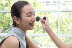 Jonge mooie vrouw met Make-upborstel Twee vrienden die omhoog I maken stock afbeeldingen
