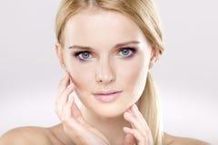 Jonge mooie vrouw met mooie blonde haren Royalty-vrije Stock Foto's