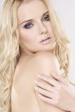 Jonge mooie vrouw met mooie blonde haren stock foto's