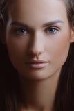 Jonge mooie vrouw met perfecte huid in aardmakeu Royalty-vrije Stock Foto's