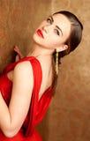 Jonge mooie vrouw met rode lippen in rode kleding Royalty-vrije Stock Afbeeldingen