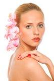 Jonge mooie vrouw met roze orchideeën in haar Royalty-vrije Stock Afbeeldingen
