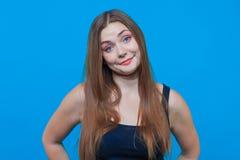 Jonge mooie vrouw met verbaasde glimlach, blauwe ogen Grappig Gezicht royalty-vrije stock afbeelding