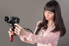 Jonge mooie vrouw met videocamera Stock Foto's