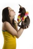 Jonge mooie vrouw met weinig stuk speelgoed terriërhond Stock Foto's