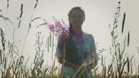 Jonge mooie vrouw met wildflowers stock video