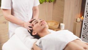 Jonge mooie vrouw met zwart haar die massagetherapie krijgen stock video