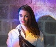 Jonge mooie vrouw onder helder multicoloured licht in oude kerk royalty-vrije stock fotografie