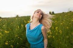 Jonge mooie vrouw op de gebieden Royalty-vrije Stock Fotografie