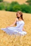 Jonge mooie vrouw op gouden tarwegebied Stock Foto's