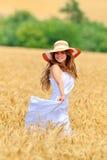 Jonge mooie vrouw op gouden tarwegebied Stock Afbeeldingen