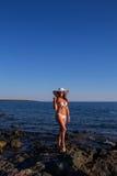 Jonge mooie vrouw op het strandoverzees die op de Eilanden Griekenland kijken Stock Fotografie